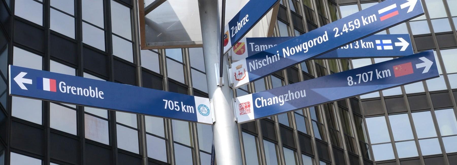 Wegweiser zu den Partnerstädten der Stadt Essen vor dem Rathaus