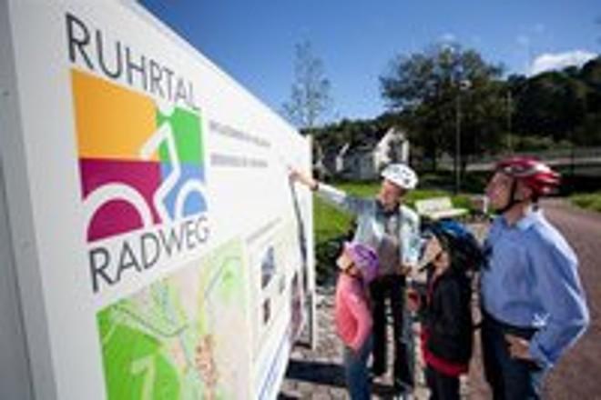 Foto: Radfahrer vor der Tafel zum Ruhrradweg