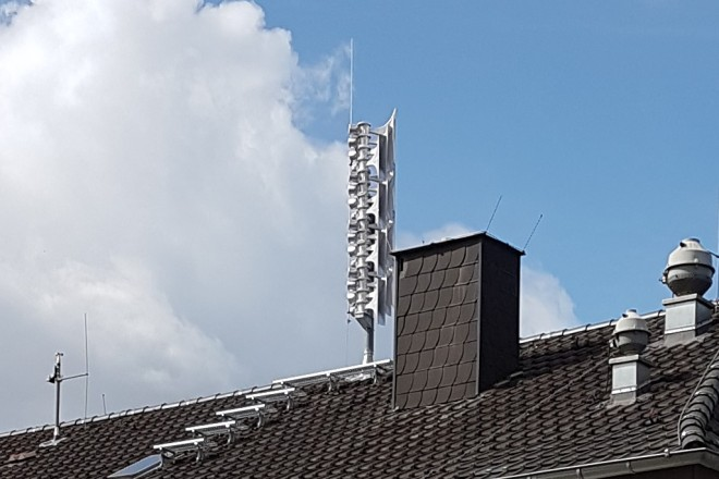 Bild einer neuen Sirene auf einem Hausdach