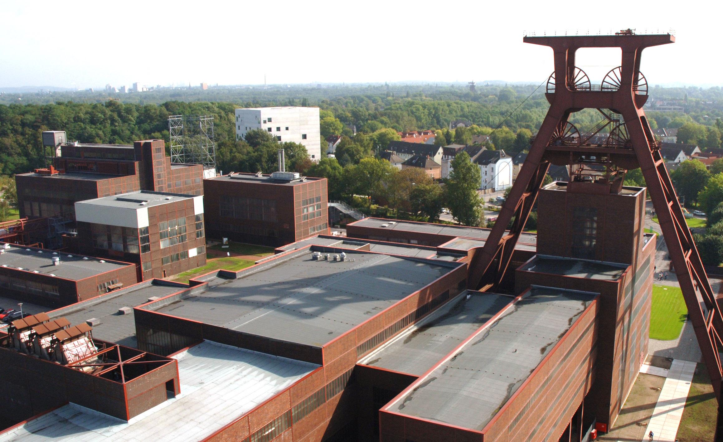 Förderturm der Zeche Zollverein mit dem Saana-Gebäude im Hintergrund