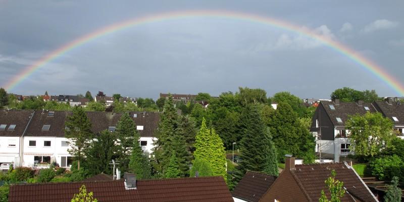 Regenbogen über Essen-Werden. Blick vom Tuchmachersteig Richtung Urbachstraße.