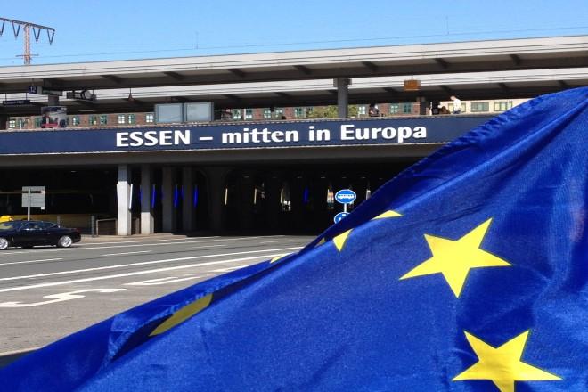Foto: Schriftzug an einer Brücke mit Europafahne
