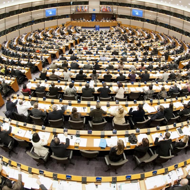Foto: Runder Sitzungssaal mit Menschen
