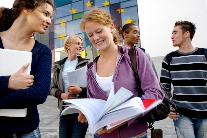 Foto: Studierende mit Lernmaterial