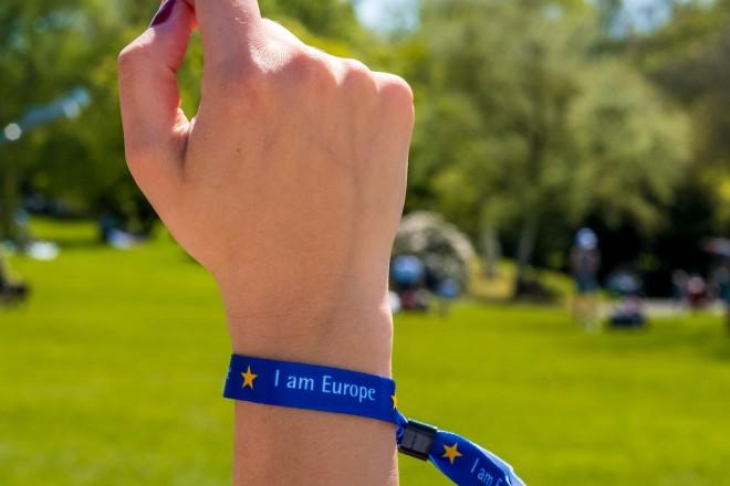 Foto:Arm in die Luft gestreckt, am Handgelenk ein EU-Bändchen