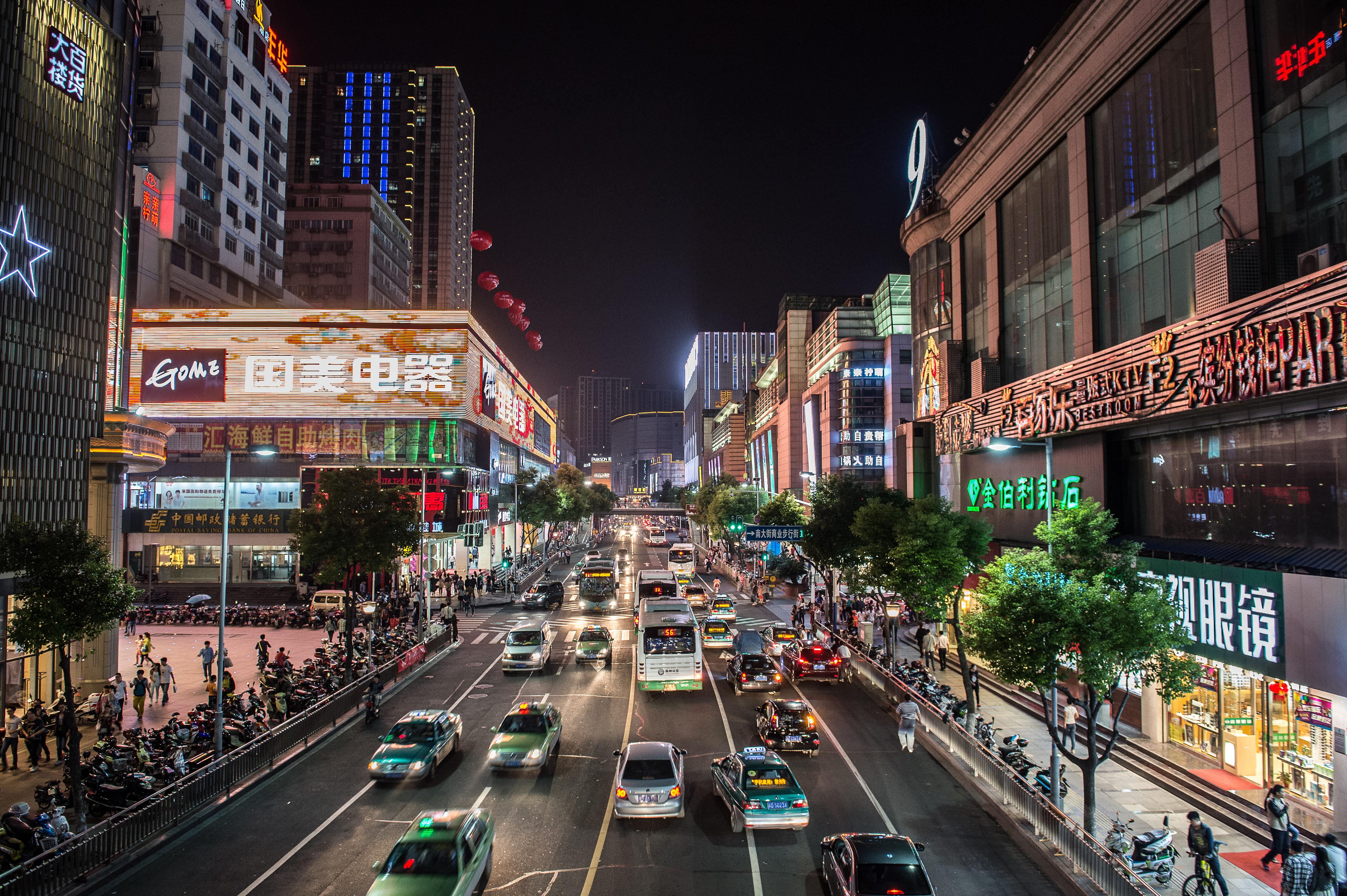 Foto: Befahrener Boulevard bei Nacht