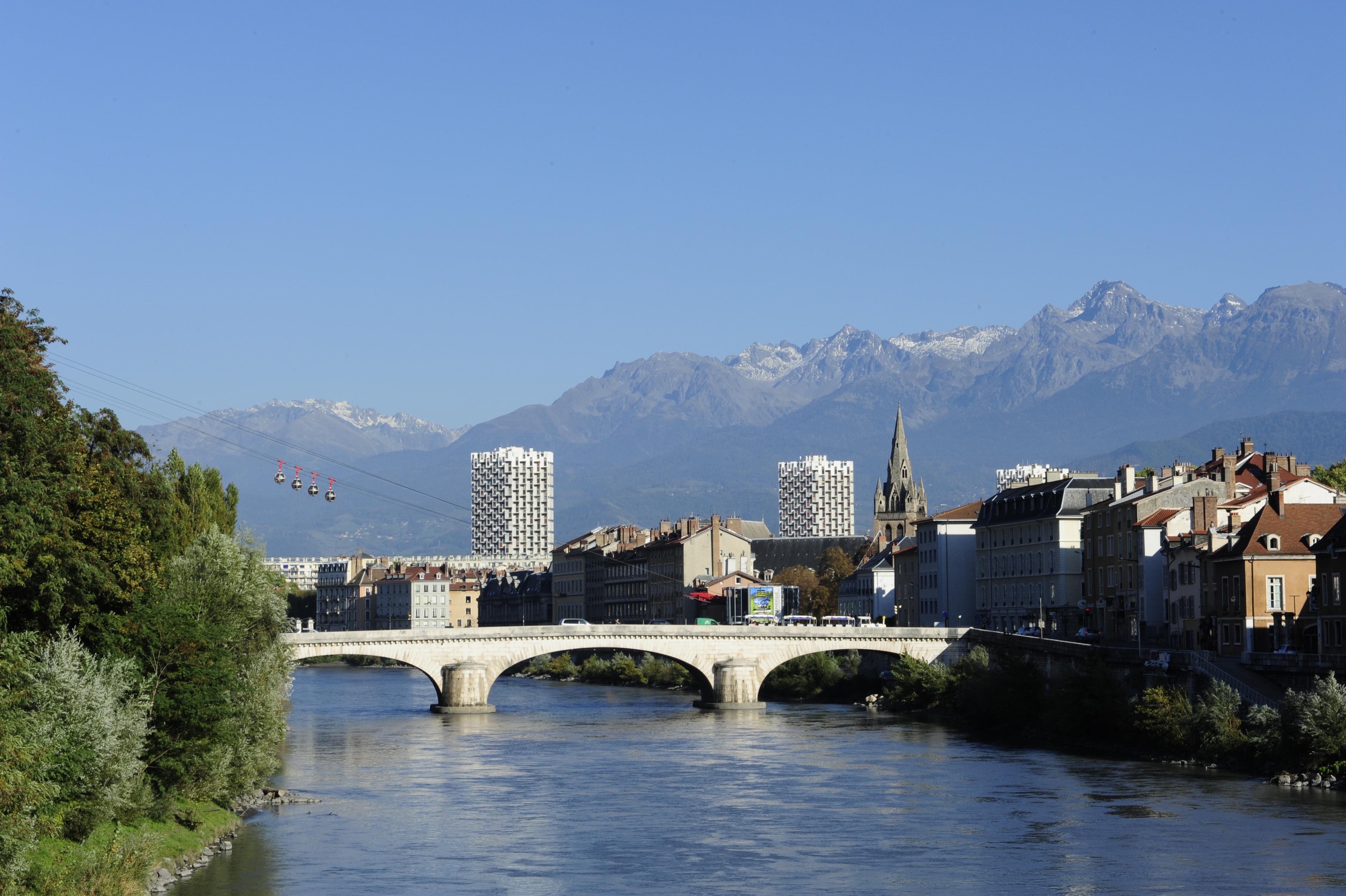 Foto: Fluß mit Brücke und Bergen