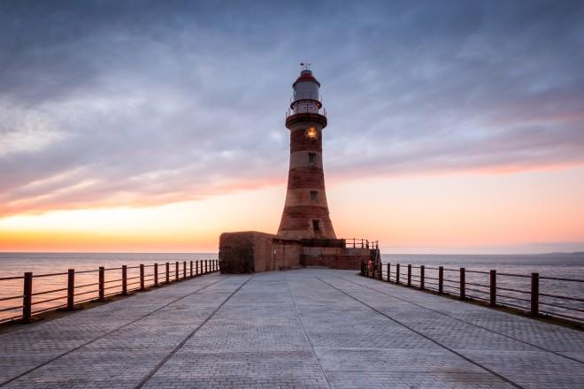 Foto: Leuchtturm im Sonnenaufgang
