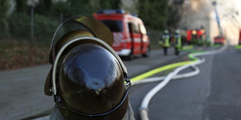 Ein Feuerwehrhelm auf einer Straße