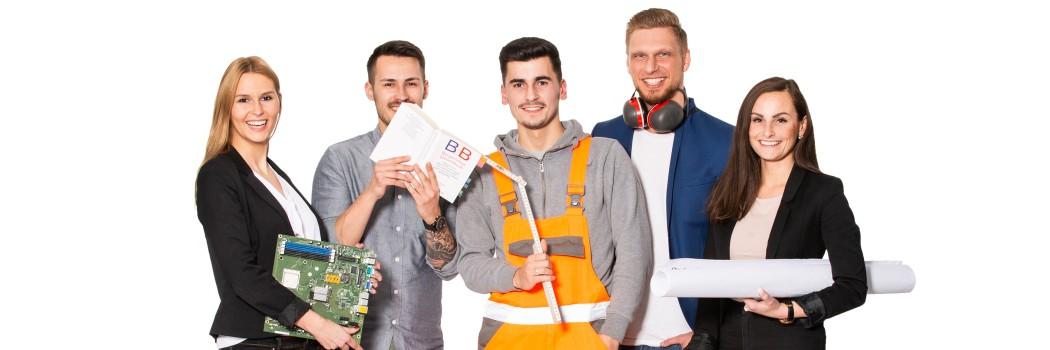 Foto: Eine Gruppe junger, lächelnder Menschen mit einer Festplatte, Gesetzestext, Bacuplan und Helm in der Hand vor einem grauen Hintergrund