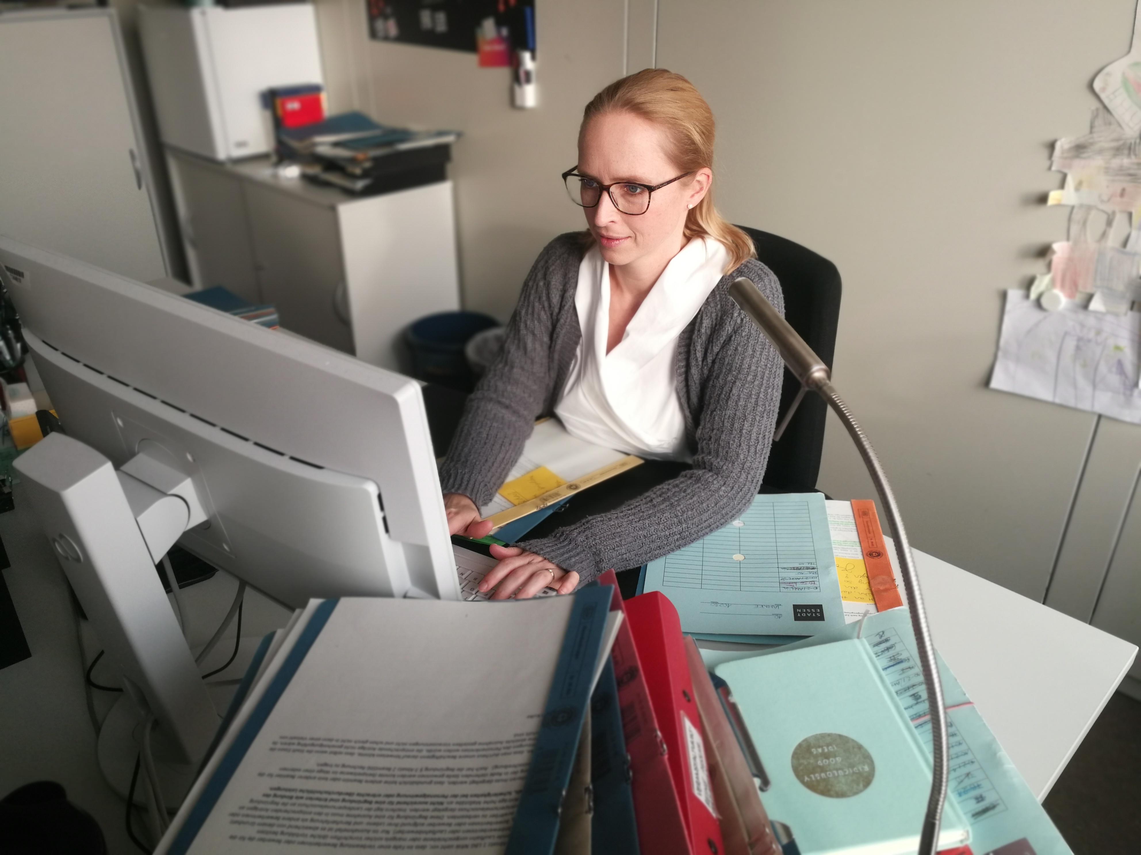 Mitarbeiterin an ihrem Büroarbeitsplatz