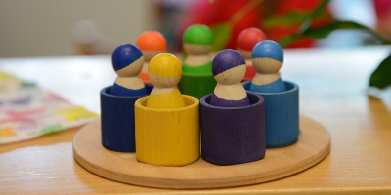 Bunte Holzfiguren, die im Kreis stehen