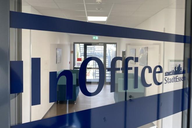 Es ist die Eingangstür zum InOffice abgebildet.