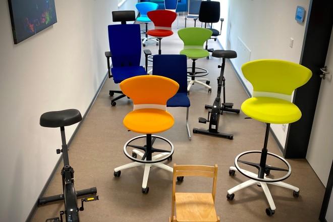 Es sind mehrere Bürostühle aus verschiedenen Jahren abgebildet.