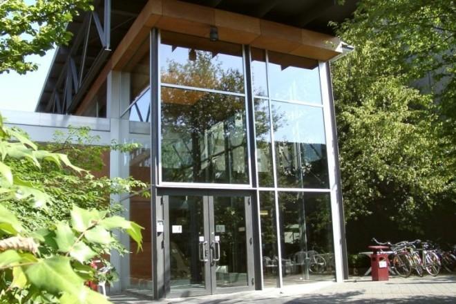 Foto: gläserner Eingang zum Studieninstitut