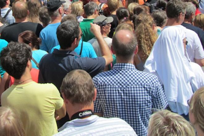 Foto: Blick über eine Menschenmenge hinweg