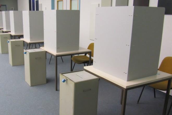 Foto: Urnen und Wahlkabinen in der Direktwahl im Wahlamt
