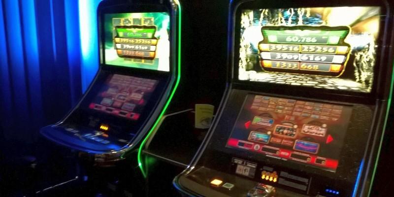 Foto: Spielautomaten in einer Spielhalle
