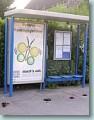 Foto: Bushaltestelle mit Pferdeäpfeln