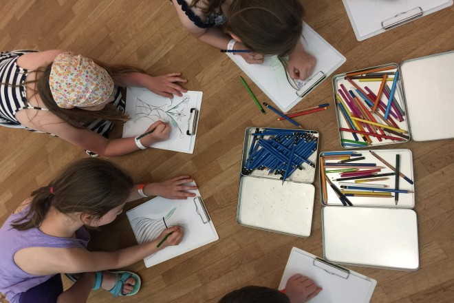 Kinder zeichnen mit Buntstiften