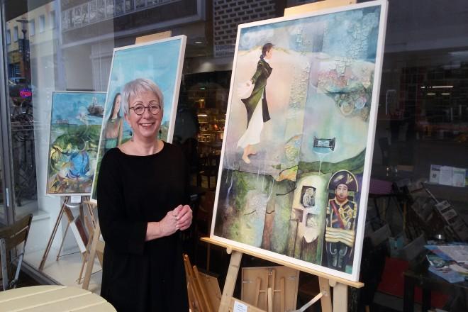 Frau mit gemalten Bildern