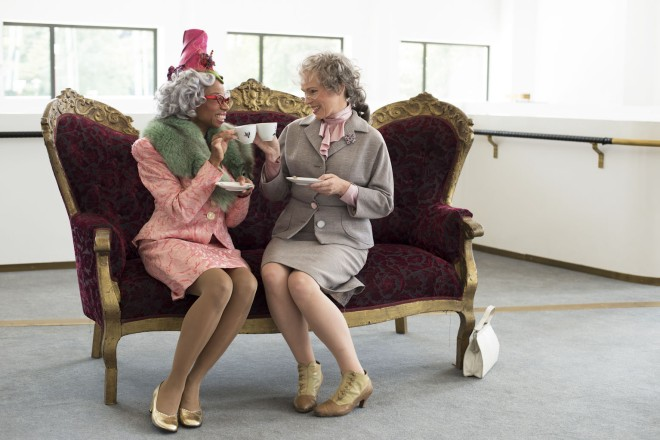 zwei Frauen auf einem Sofa sitzend