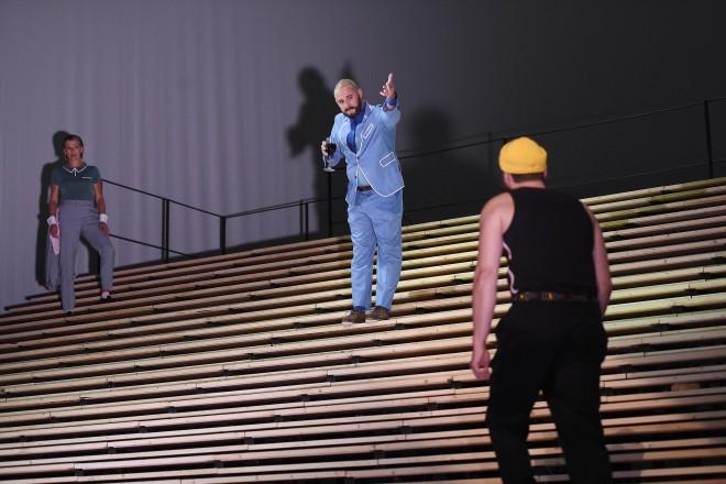 drei Personen stehend auf Stufen
