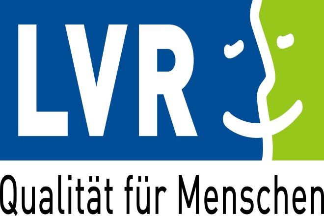 Logo LVR: Buchstaben LVR in einem Rechteck, das zunächst blau mit geschwungenen Rand in Weiß in Grün übergeht; Rand bildet als angedeutetes Profil gemeinsam mit drei Strichen für Auen und Mund ein Gesicht; darunter Text Qualität für Menschen