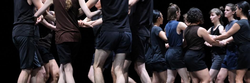 Tänzer halten sich an den Händen