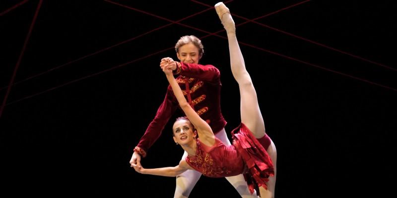 ein Mann und eine Frau tanzen zusammen