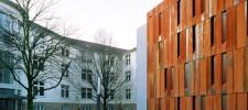 Foto: Magazingebäude aus Cortenstahl, links damit verbunden der Verwaltungstrakt