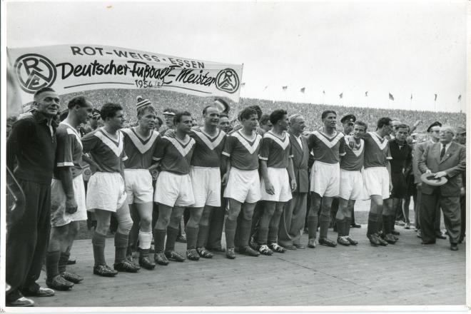 Foto: Mannschaftsbild von Rot-Weiss Essen nach dem Gewinn der deutschen Fußballmeisterschaft 1955