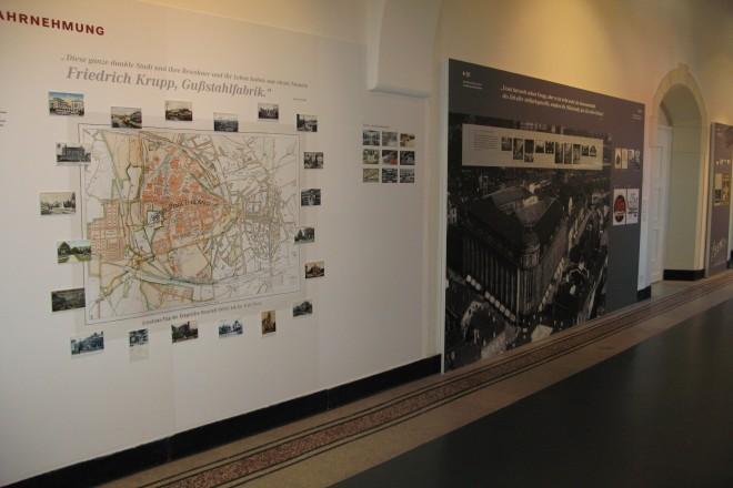 Foto: Ausstellungstafeln an Seitenwand hängend