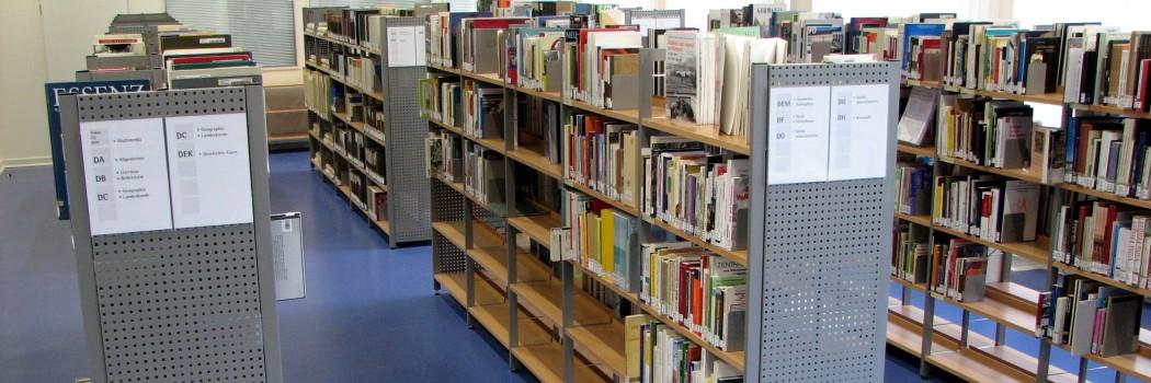 Foto: Blick auf die Regale der Fachbibliothek Stadt und Region