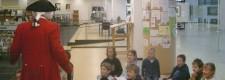 """""""Mozart"""" erklärt einer Grundschulklasse die Musikbibliothek der Stadtbibliothek Essen"""