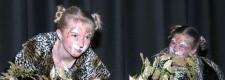 Zwei junge Darstellerinnen des Ruhrpott-Pourie-Chors bei einer Aufführung des Musicals CATS 2003