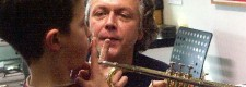 Instrumenteninfo 2004: ein junger Musikfan lernt die Trompete kennen