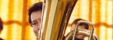 Tubaspieler bei der Probe des Studiengangs Jazz im Sommer 2003 im Torbogen der Folkwang Hochschule