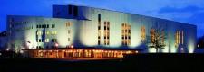 Das Aalto-Theater bei Nacht von der Huyssenallee aus