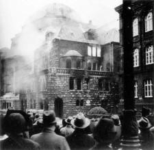 Brennende Synagoge mit Zuschauern während des Novemberpogroms 1938