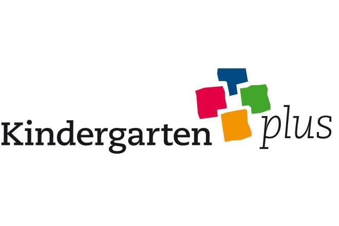 Ein bunter Schriftzug KindergartenPlus als Logo