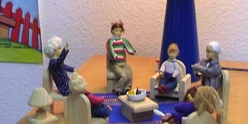 Foto: gestellte Szene einer Gesprächssituation in Form von Puppen