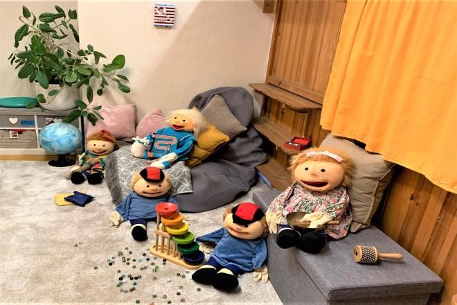 Familienszene mit Puppen nachgestellt