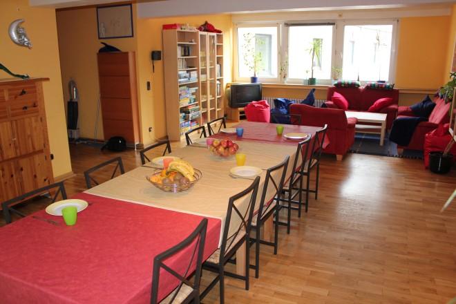 Foto: Ein großer, gemütlich eingerichteter Wohn- und Essraum
