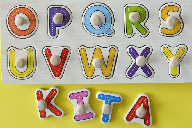 Foto: buntes Buchstaben-Alphabet und das gelegte Wort KITA