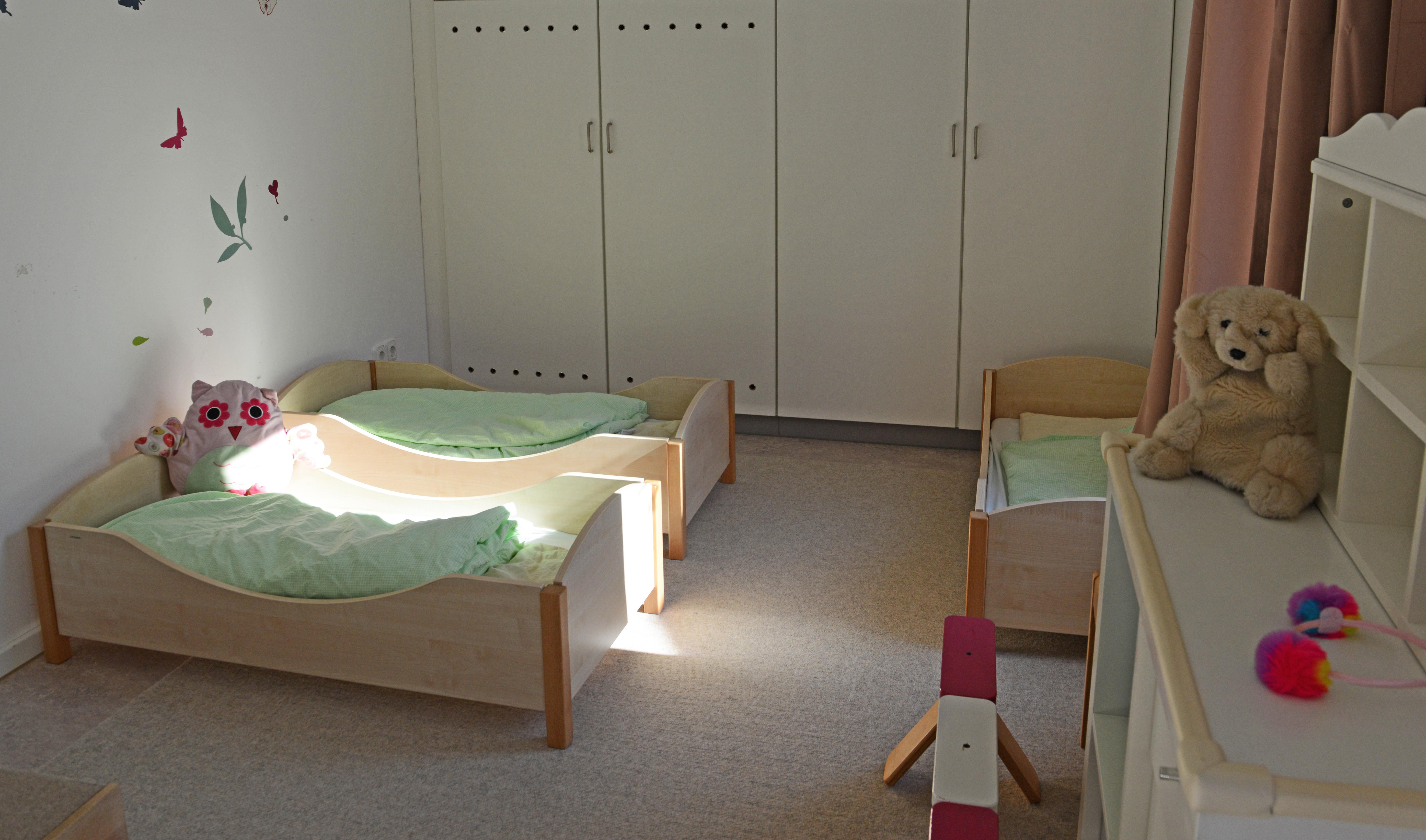 Betten im Schlafraum der Kita