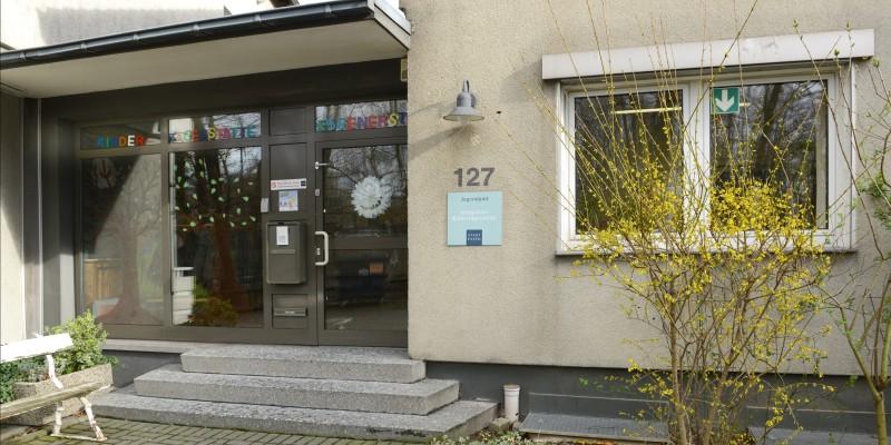 Eingangstür und Treppenstufen der Kindertagesstätte Essener Straße