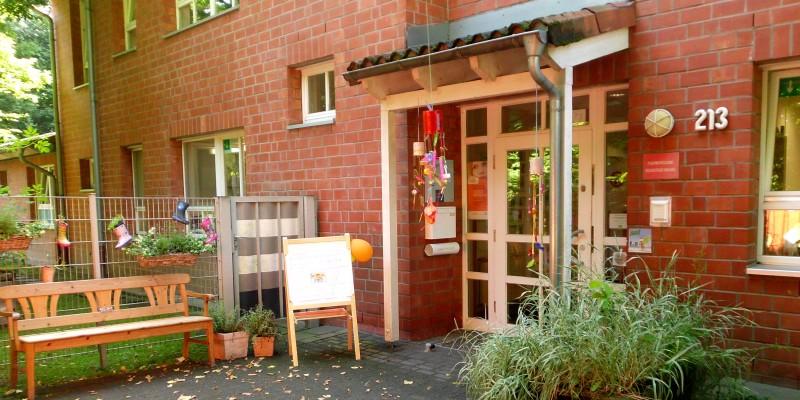 Eingangsbereich der Kita mit einem Kreideherz vor der Tür auf dem Boden