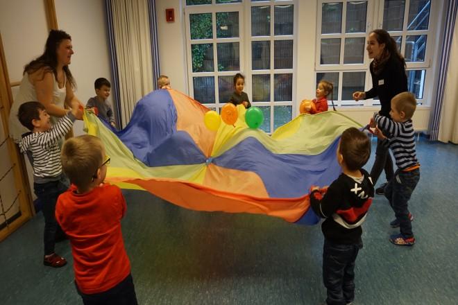 Kinder schwingen Schwungtuch