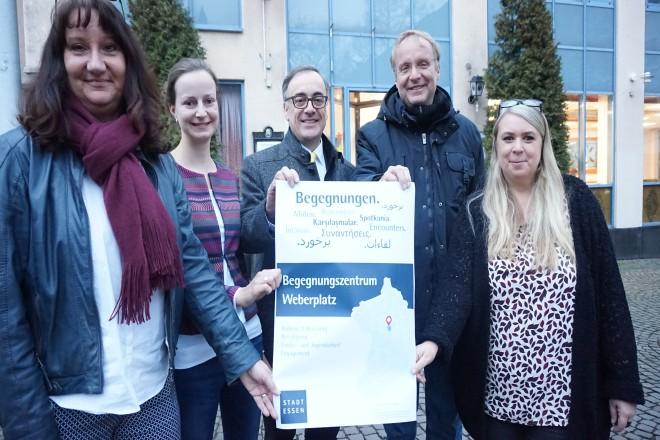 Kooperationspartner zeigen Plakat Auftakt Begegnungszentrum Weberplatz.